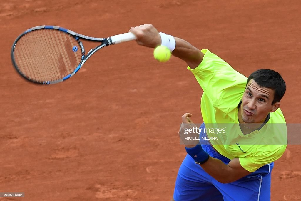 Russia's Evgeny Donskoy serves the ball to Spain's David Ferrer returns during their men's first round match at the Roland Garros 2016 French Tennis Open in Paris on May 24, 2016. / AFP / MIGUEL