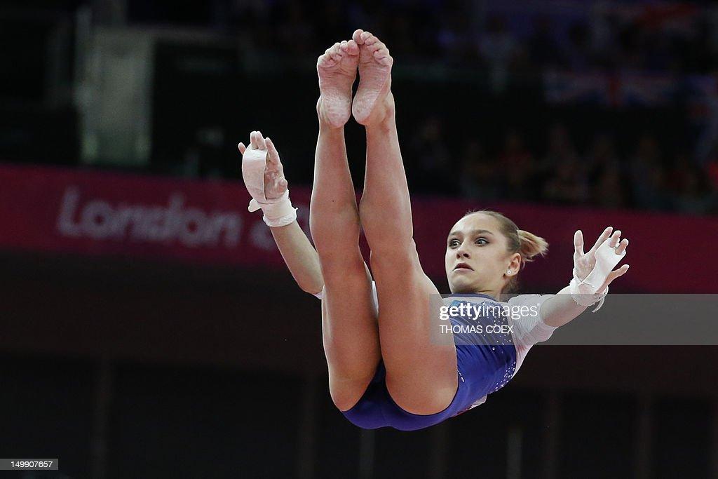 how tall is victoria komova