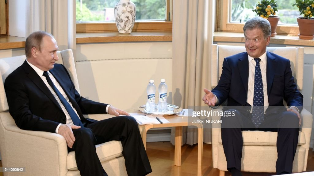 Russia's President Vladimir Putin (L) and Finland's President Sauli Niinistö meet at the Kultaranta summer residence in Naantali, Finland, on July 1, 2016. President Putin is in Finland on a working visit to discuss both bilateral issues and topical international issues. / AFP / Lehtikuva / Jussi Nukari / Finland OUT
