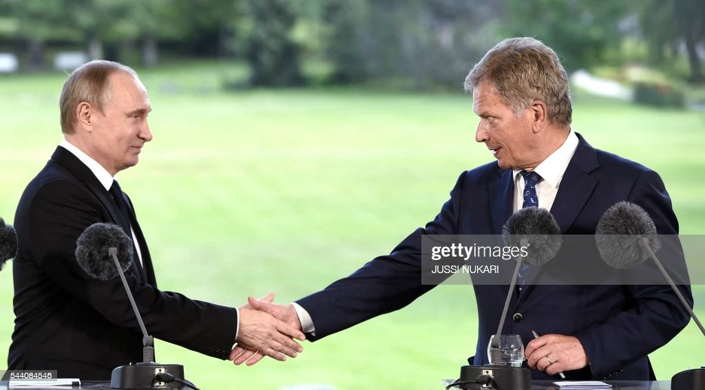 Russia's President Vladimir Putin (L) and Finland's President Sauli Niinistö shake hands during a joint press conference at the presidential summer residence Kultaranta in Naantali, Finland, on July 1, 2016. President Putin is in Finland on a working visit to discuss both bilateral issues and topical international issues. / AFP / Lehtikuva / Jussi Nukari / Finland OUT