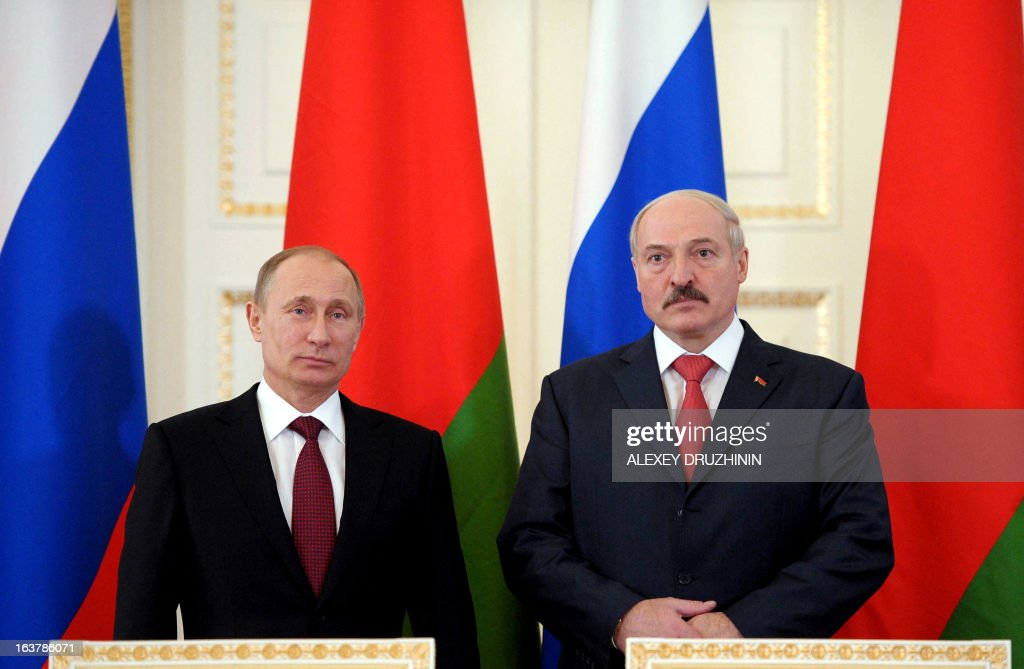 Russia's President Vladimir Putin (L) and his Belarus counterpart Alexander Lukashenko attend a document signing ceremony at the Konstantinovsky palace in Strelna just outside St.Petersburg, on March 15, 2013, after a meeting of the Russia-Belarus Union State's Supreme State Council . AFP PHOTO / RIA-NOVOSTI POOL/ ALEXEY DRUZHININ