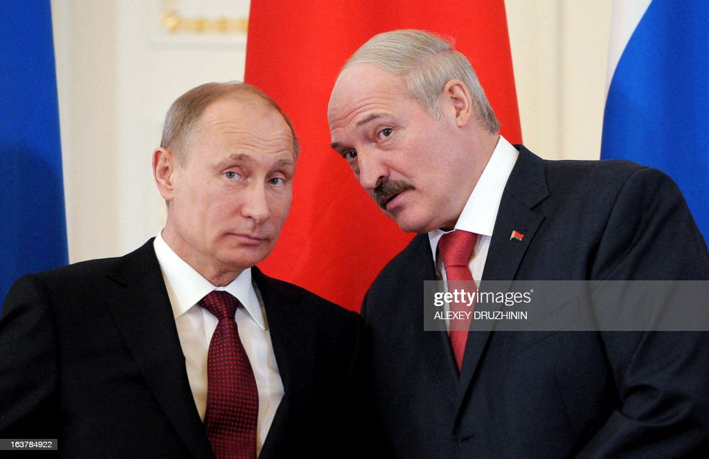 Russia's President Vladimir Putin (L) and his Belarus counterpart Alexander Lukashenko speak at the Konstantinovsky palace in Strelna just outside St.Petersburg, on March 15, 2013, during a document signing ceremony after a meeting of the Russia-Belarus Union State's Supreme State Council . AFP PHOTO / RIA-NOVOSTI POOL/ ALEXEY DRUZHININ