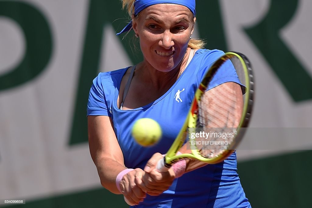 Russia's Svetlana Kuznetsova returns the ball to Britain's Heather Watson during their women's second round match at the Roland Garros 2016 French Tennis Open in Paris on May 25, 2016. / AFP / Eric FEFERBERG