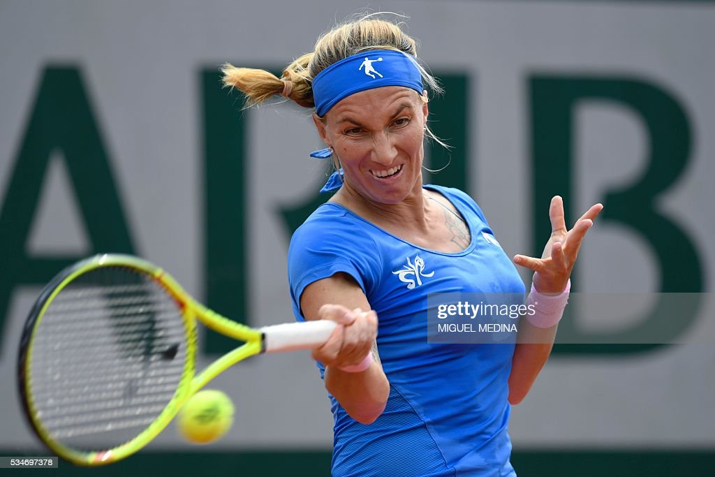 Russia's Svetlana Kuznetsova returns the ball to Russia's Anastasia Pavlyuchenkova during their women's third round match at the Roland Garros 2016 French Tennis Open in Paris on May 27, 2016. / AFP / MIGUEL