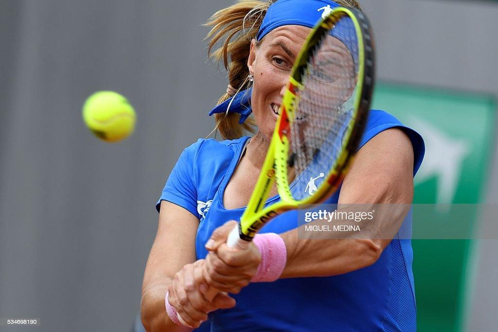 Russia's Svetlana Kuznetsova returns the ball to Russia's Anastasia Pavlyuchenkova during their women's third round match at the Roland Garros 2016 French Tennis Open in Paris on May 27, 2016. / AFP / MIGUEL