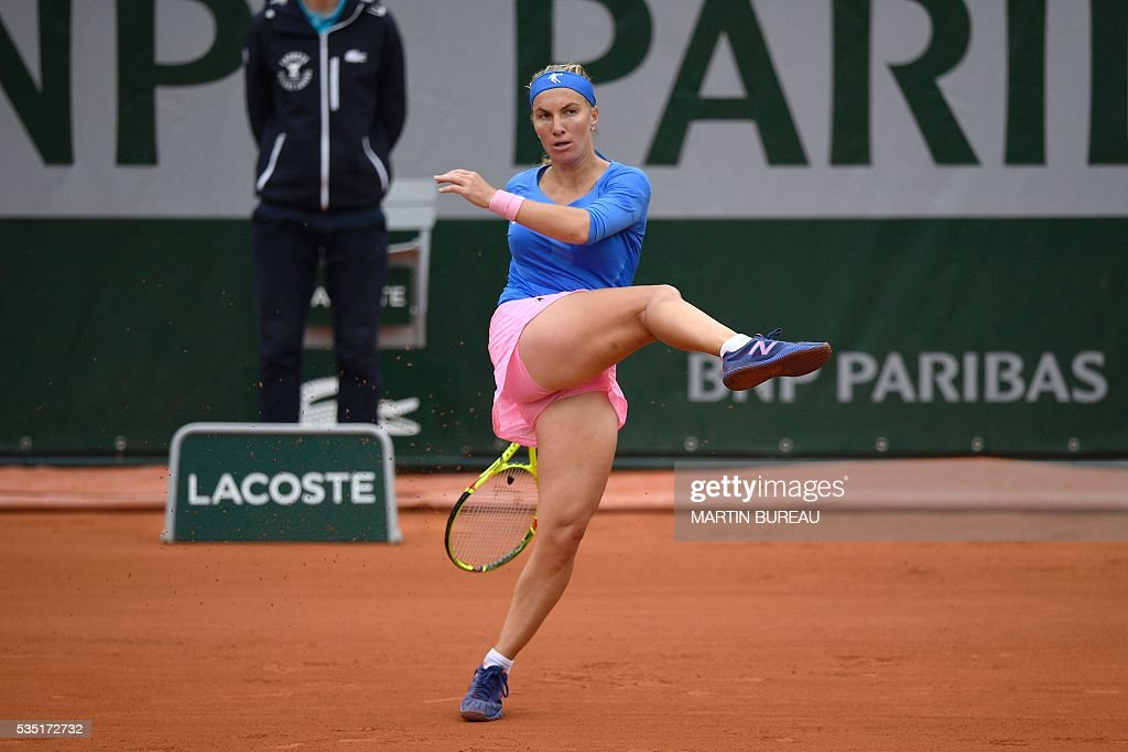 Russia's Svetlana Kuznetsova returns the ball to Spain's Garbine Muguruza during their women's fourth round match at the Roland Garros 2016 French Tennis Open in Paris on May 29, 2016. / AFP / MARTIN
