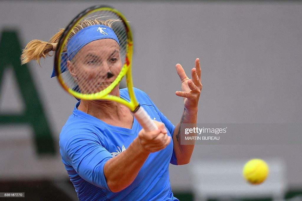 Russia's Svetlana Kuznetsova returns the ball to Spain's Garbine Muguruza during their women's fourth round match at the Roland Garros 2016 French Tennis Open in Paris on May 29, 2016. / AFP / MARTIN
