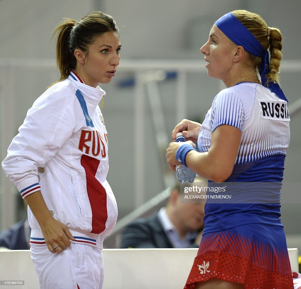 Russia s Svetlana Kuznetsova R talks to Russia s team captain