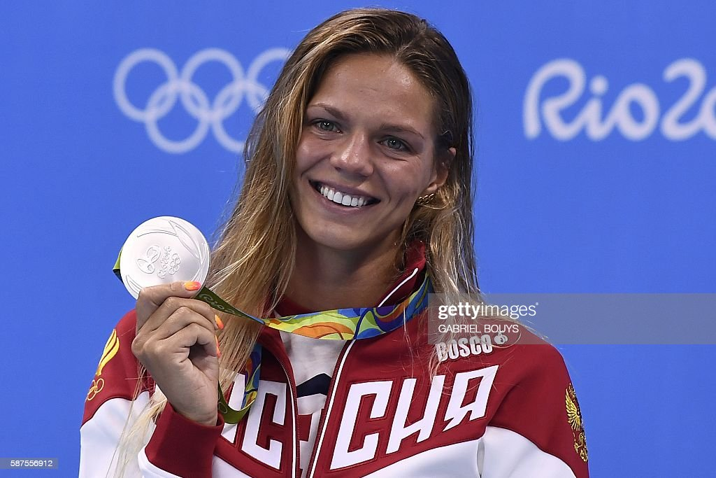 TOPSHOT - Russia's Yulia Efimova poses with her silver medal on the podium of the Women's 100m Breaststroke during the swimming event at the Rio 2016 Olympic Games at the Olympic Aquatics Stadium in Rio de Janeiro on August 8, 2016. / AFP / GABRIEL
