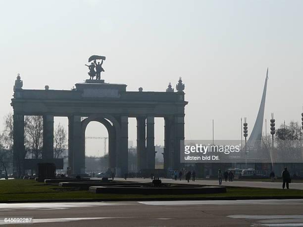 """Russland Moskau Eingangstor zum Gelände des Ausstellungszentrums WWZ früherer Name WDNCh mit Skulpturen """"Traktorist und Kolchosbäuerin"""" Mosaikglas..."""