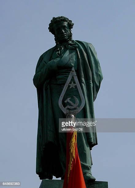 Russland Moskau PuschkinDenkmal am PuschkinPlatz Bildhauer Alexander Opekuschin eingeweiht am 6 Juni 1880 und die Spitze einer sowjetischen Fahne am...