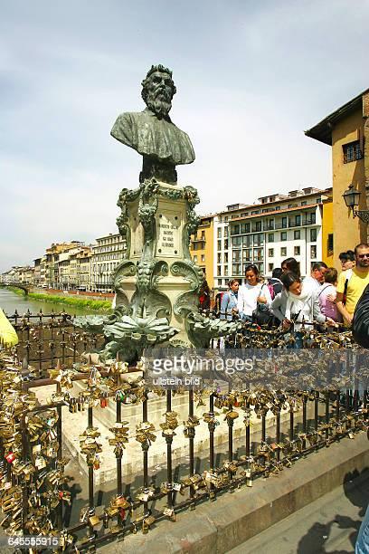 Rust034_Am Denkmal von Benvenutti Cellino auf der Bruecke ueber den Arno kann man sich mit einem Schloss verewigen Florenz in der Toscana /Ital...
