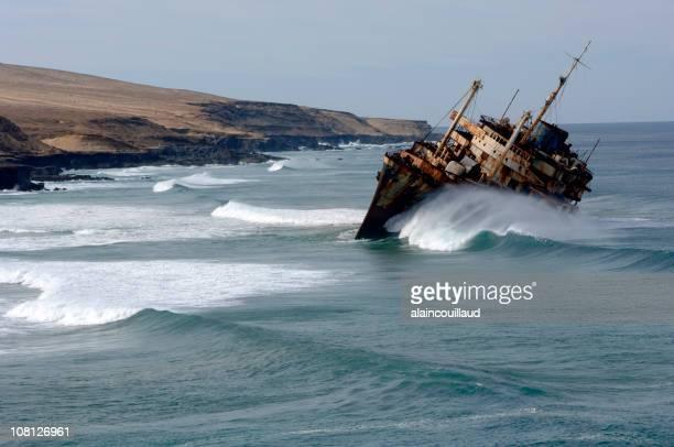Barco oxidado volcar cerca de la costa de Canary Island