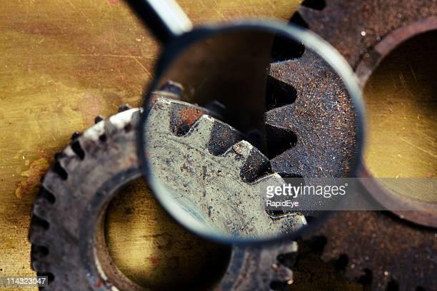 Rostige alte Getriebe mit Lupe