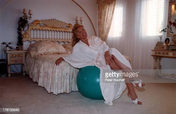 rut rex im seiden morgenmantel im schlafzimmer urlaub. Black Bedroom Furniture Sets. Home Design Ideas