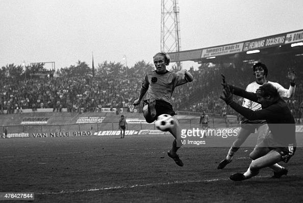 Ruud Geels of the Netherlands scores a goal during the world cup qualifier match between the Netherlands and Iceland on august 311977 at De Goffert...