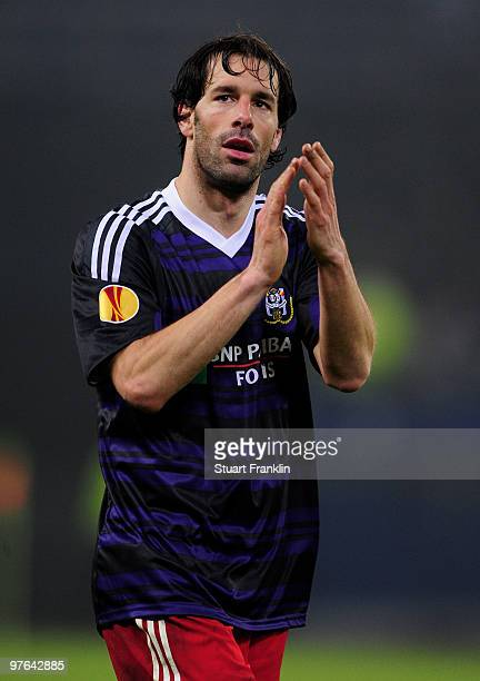Ruud van Nistelrooy of Hamburg claps the fans at the end of the UEFA Europa League round of 16 first leg match between Hamburger SV and Anderlecht at...