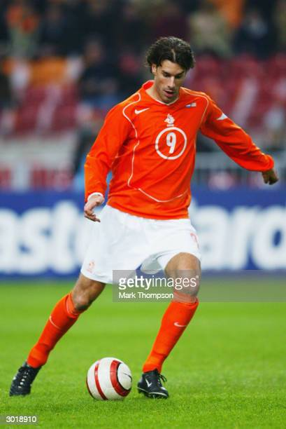 Ruud van Nistelrooy of Holland runs with the ball during the International Friendly match between Holland and the USA held on February 18 2004 at The...