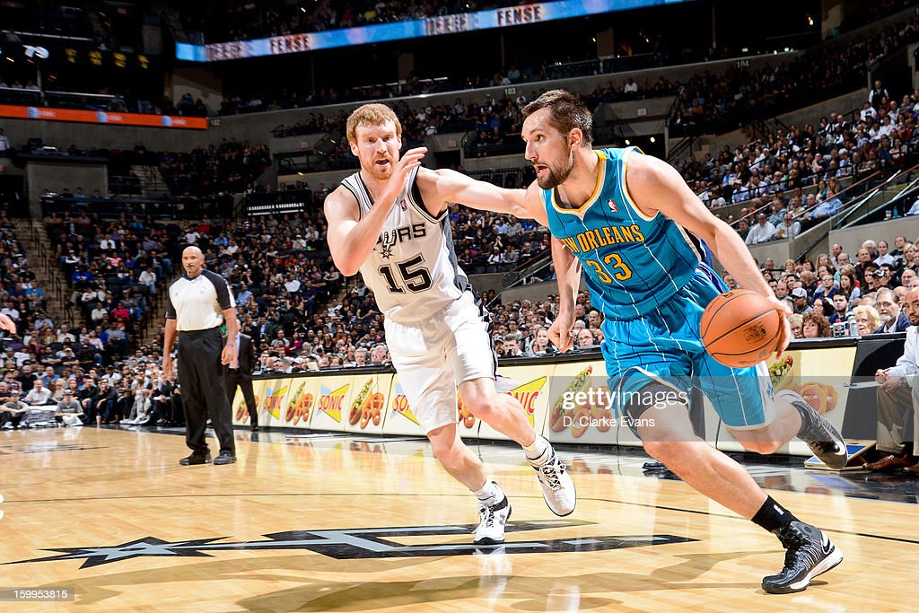 Ryan Anderson #33 of the New Orleans Hornets drives against <a gi-track='captionPersonalityLinkClicked' href=/galleries/search?phrase=Matt+Bonner&family=editorial&specificpeople=203054 ng-click='$event.stopPropagation()'>Matt Bonner</a> #15 of the San Antonio Spurs on January 23, 2013 at the AT&T Center in San Antonio, Texas.