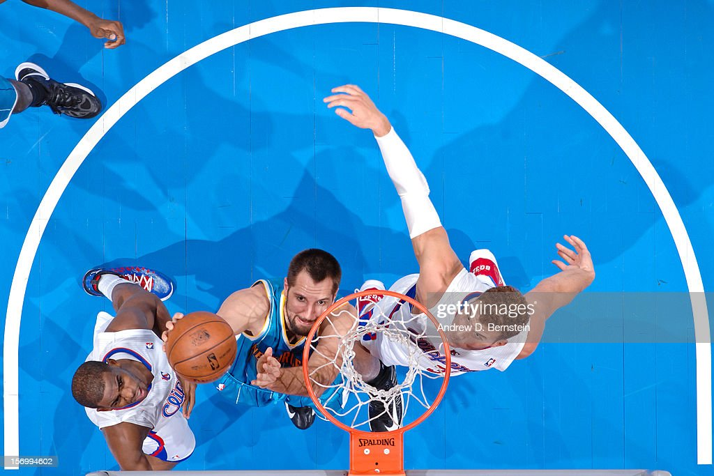 Ryan Anderson #33 of the New Orleans Hornets shoots a layup against <a gi-track='captionPersonalityLinkClicked' href=/galleries/search?phrase=Blake+Griffin+-+Basketball+Player&family=editorial&specificpeople=4216010 ng-click='$event.stopPropagation()'>Blake Griffin</a> #32 and <a gi-track='captionPersonalityLinkClicked' href=/galleries/search?phrase=Chris+Paul&family=editorial&specificpeople=212762 ng-click='$event.stopPropagation()'>Chris Paul</a> #3 of the Los Angeles Clippers at Staples Center on November 26, 2012 in Los Angeles, California.