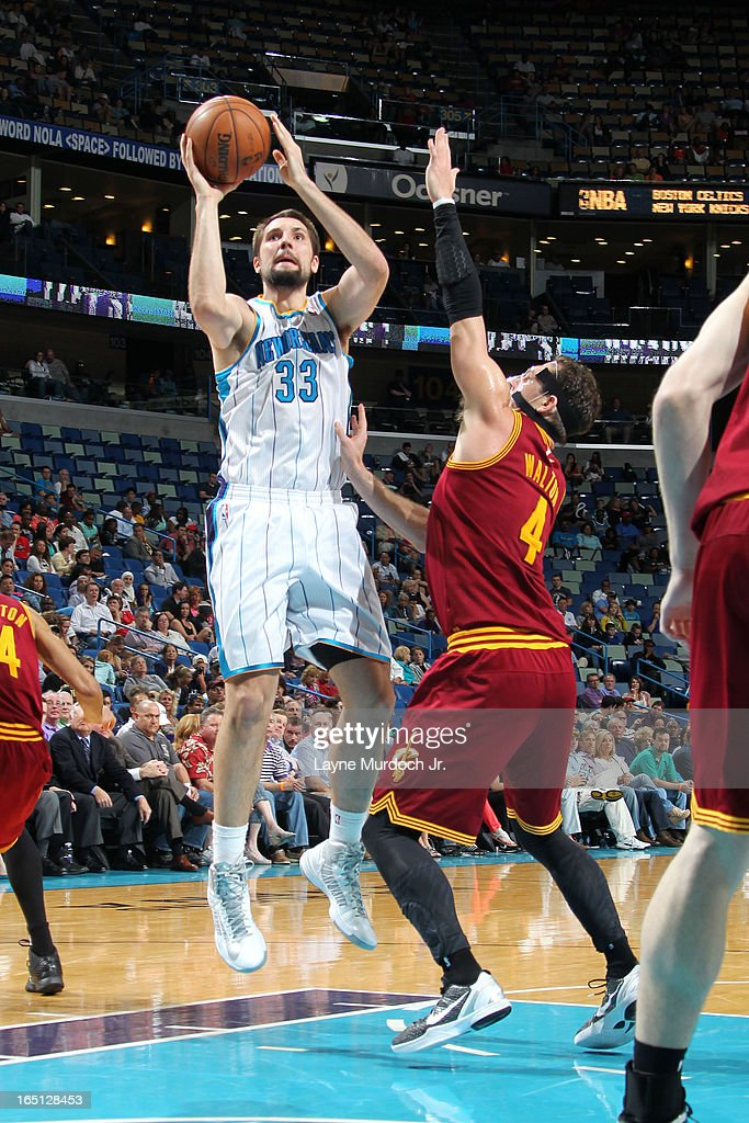 Ryan Anderson #33 of the New Orleans Hornets shoots against <a gi-track='captionPersonalityLinkClicked' href=/galleries/search?phrase=Luke+Walton&family=editorial&specificpeople=202565 ng-click='$event.stopPropagation()'>Luke Walton</a> #4 of the Cleveland Cavaliers on March 31, 2013 at the New Orleans Arena in New Orleans, Louisiana.