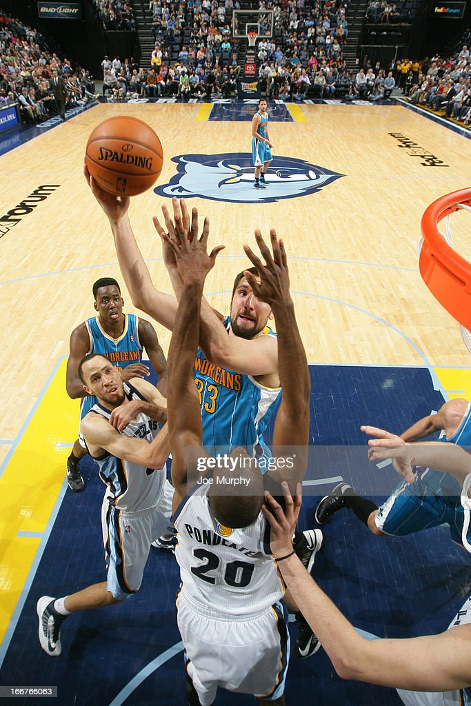 Ryan Anderson #33 of the New Orleans Hornets shoots against <a gi-track='captionPersonalityLinkClicked' href=/galleries/search?phrase=Quincy+Pondexter&family=editorial&specificpeople=4176540 ng-click='$event.stopPropagation()'>Quincy Pondexter</a> #20 of the Memphis Grizzlies on March 9, 2013 at FedExForum in Memphis, Tennessee.