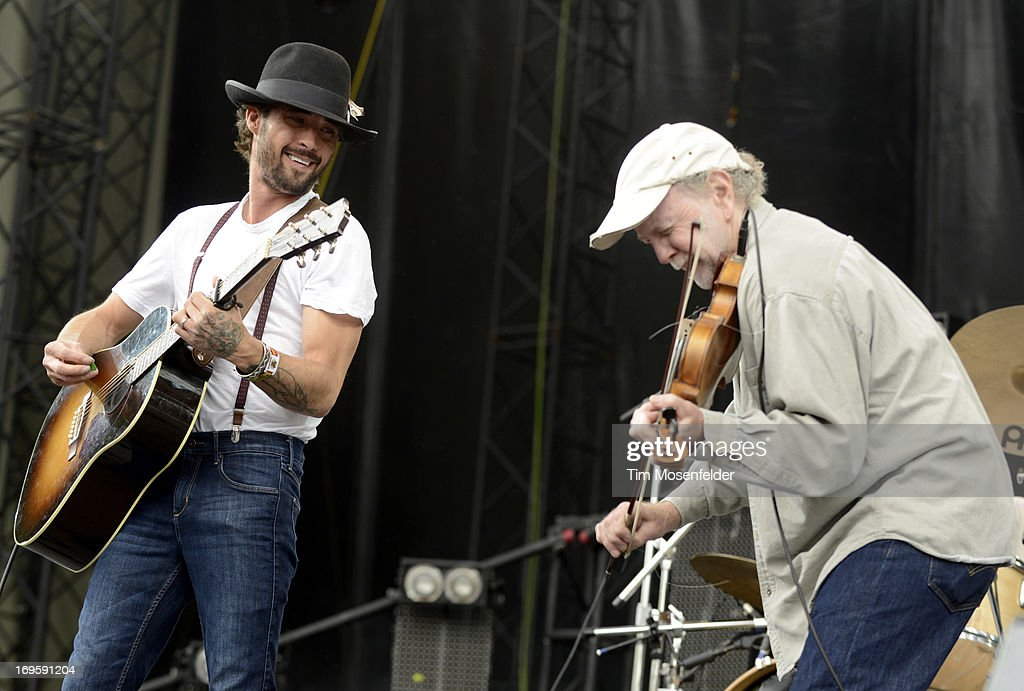 <a gi-track='captionPersonalityLinkClicked' href=/galleries/search?phrase=Ryan+Bingham&family=editorial&specificpeople=4556291 ng-click='$event.stopPropagation()'>Ryan Bingham</a> (L) performs as part of Day 4 of the Sasquatch! Music Festival at the Gorge Amphitheatre on May 27, 2013 in George, Washington.