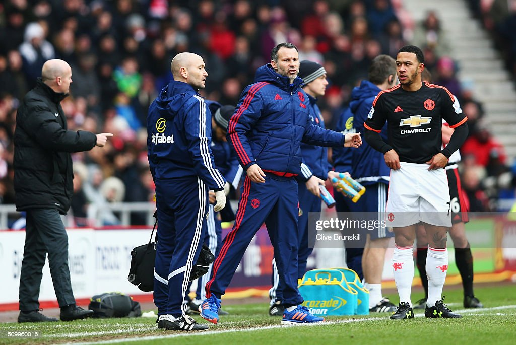 <a gi-track='captionPersonalityLinkClicked' href=/galleries/search?phrase=Ryan+Giggs&family=editorial&specificpeople=201666 ng-click='$event.stopPropagation()'>Ryan Giggs</a> Assistant Manager of Manchester United getures while <a gi-track='captionPersonalityLinkClicked' href=/galleries/search?phrase=Memphis+Depay&family=editorial&specificpeople=7189987 ng-click='$event.stopPropagation()'>Memphis Depay</a> prepares on the touchline during the Barclays Premier League match between Sunderland and Manchester United at the Stadium of Light on February 13, 2016 in Sunderland, England.