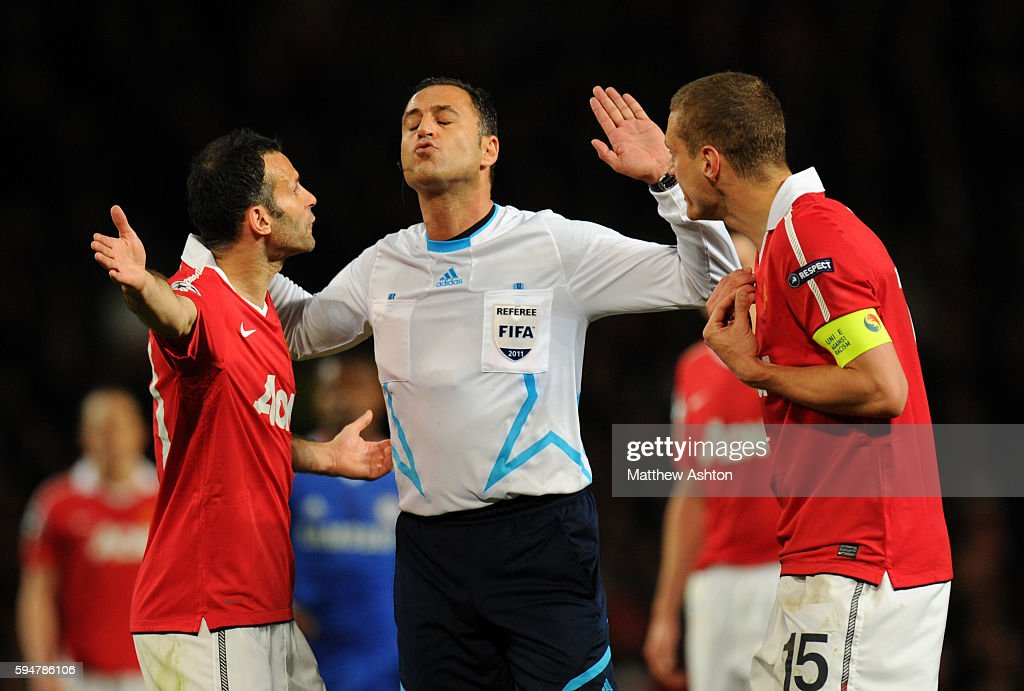 Ryan Giggs of Manchester United and Nemanja Vidic appeal to referee Olegario Benquerenca from Portugal wanting John Terry of Chelsea to be sent off...