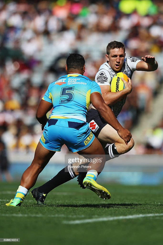 <a gi-track='captionPersonalityLinkClicked' href=/galleries/search?phrase=Ryan+Hoffman&family=editorial&specificpeople=204420 ng-click='$event.stopPropagation()'>Ryan Hoffman</a> of the Warriors charges forward during the 2016 Auckland Nines semi final match between the New Zealand Warriors and the Gold Coast Titans at Eden Park on February 7, 2016 in Auckland, New Zealand.