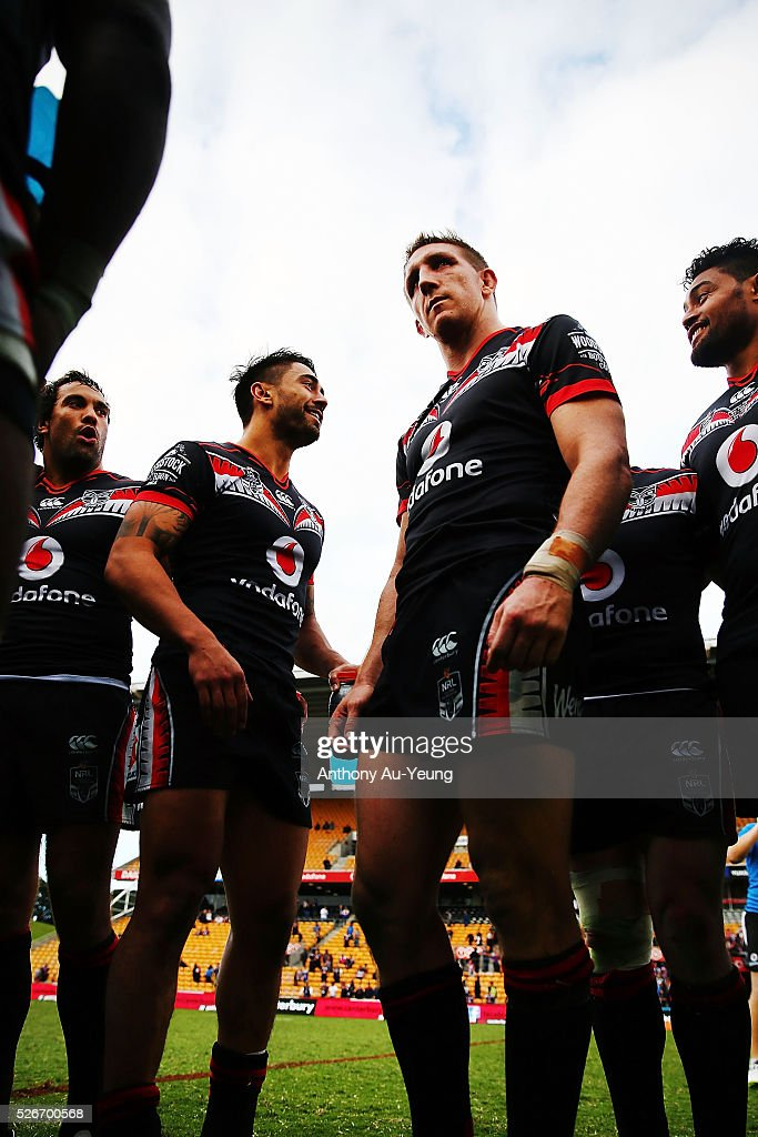 Ryan Hoffman of the Warriors gathers the team for a huddle after winning the round nine NRL match between the New Zealand Warriors and the St George Illawarra Dragons at Mt Smart Stadium on May 1, 2016 in Auckland, New Zealand.