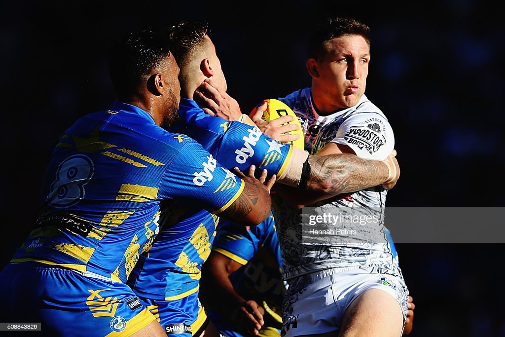 <a gi-track='captionPersonalityLinkClicked' href=/galleries/search?phrase=Ryan+Hoffman&family=editorial&specificpeople=204420 ng-click='$event.stopPropagation()'>Ryan Hoffman</a> of the Warriors looks to offload during the 2016 Auckland Nines grand final match between the Parramatta Eels and the New Zealand Warriors at Eden Park on February 7, 2016 in Auckland, New Zealand.