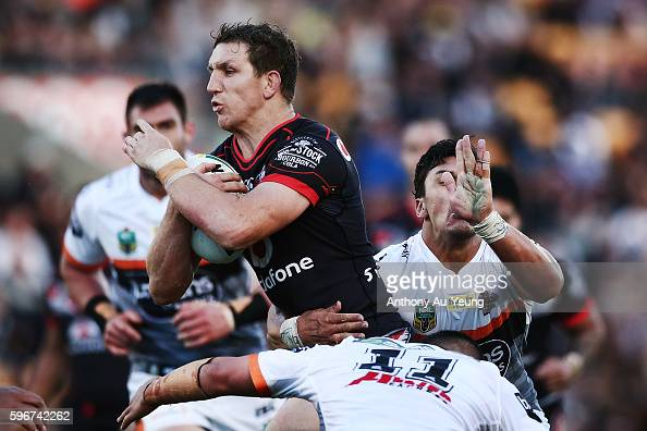 Ryan Hoffman of the Warriors on the charge during the round 25 NRL match between the New Zealand Warriors and the Wests Tigers at Mount Smart Stadium...