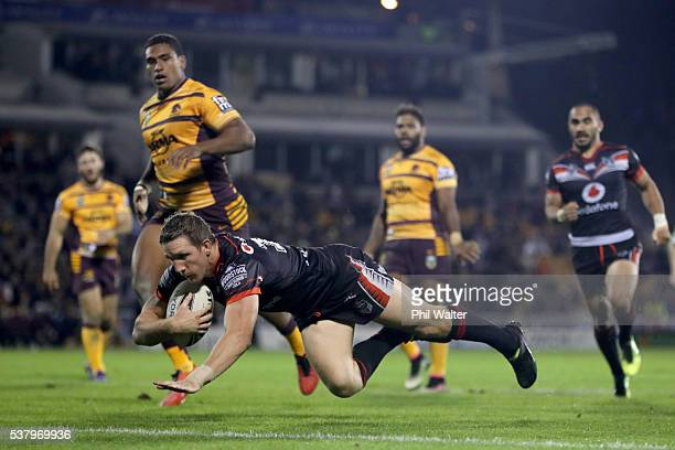 Ryan Hoffman of the Warriors scores a try during the round 13 NRL match between the New Zealand Warriors and the Brisbane Broncos at Mt Smart Stadium...
