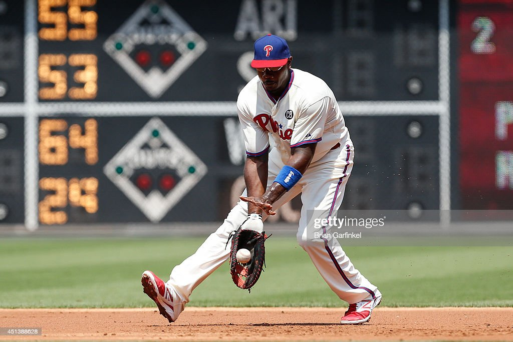 <a gi-track='captionPersonalityLinkClicked' href=/galleries/search?phrase=Ryan+Howard&family=editorial&specificpeople=551402 ng-click='$event.stopPropagation()'>Ryan Howard</a> #6 of the Philadelphia Phillies fields a ground ball hit by Jason Heyward #22 of the Atlanta Braves in the second inning of the first game of a doubleheader at Citizens Bank Park on June 28, 2014 in Philadelphia, Pennsylvania.