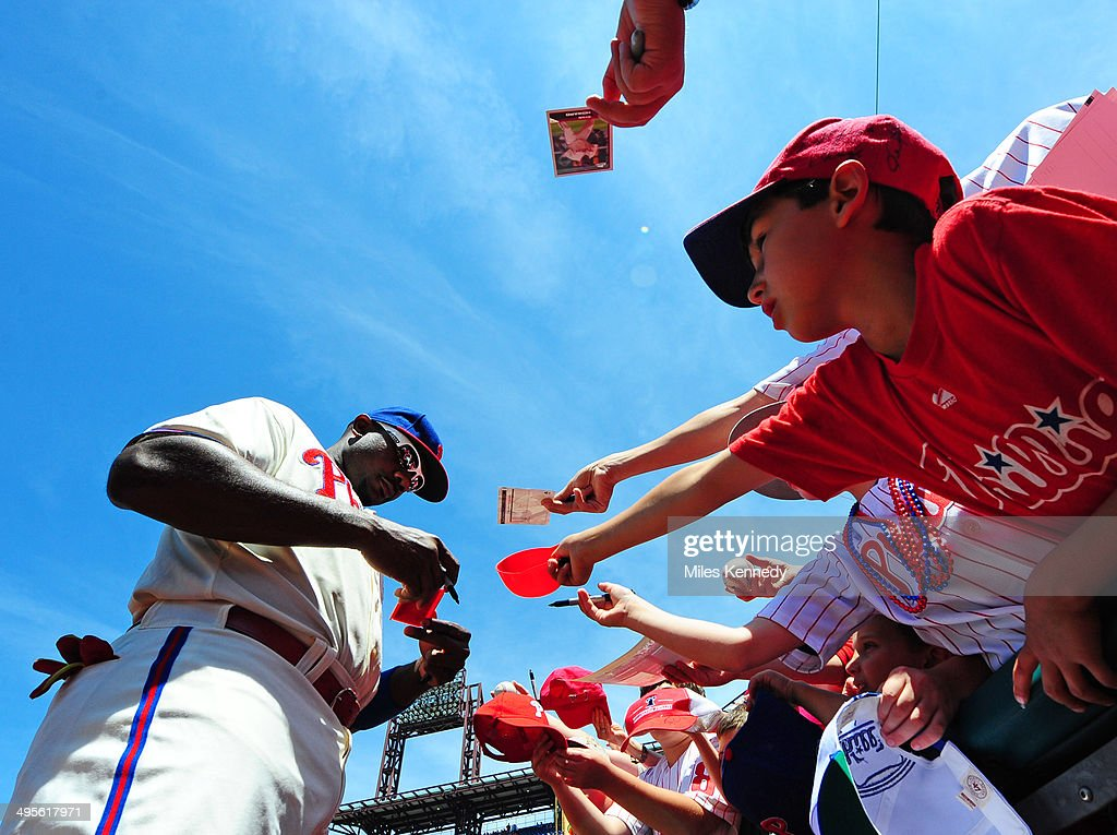 Ryan Howard #6 of the Philadelphia Phillies signs autographs for fans before a game against the New York Mets on June 1, 2014 at Citizens Bank Park in Philadelphia, Pennsylvania. The Mets won 4-3.