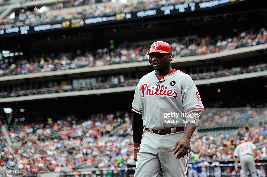 Ryan Howard #6 walks off the field after scoring in the first inning against the New York Mets at Citi Field on September 25, 2011 in the Flushing neighborhood of the Queens borough of New York City.