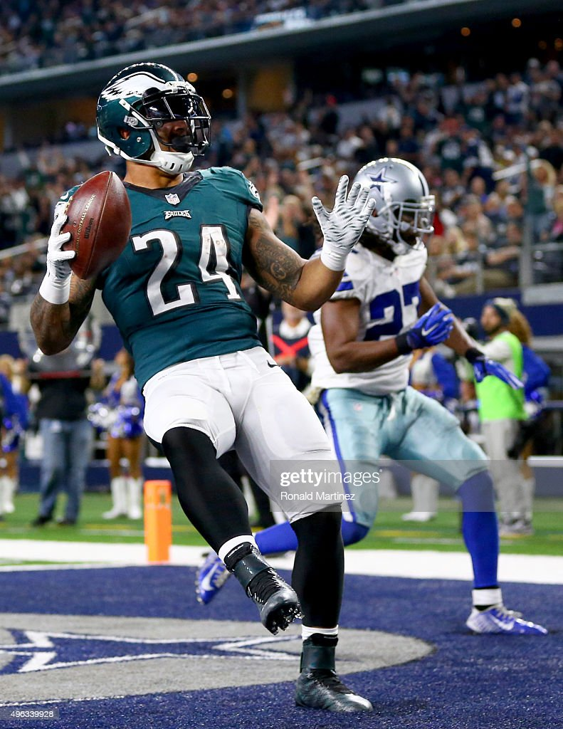 Ryan Mathews of the Philadelphia Eagles celebrates after scoring a touchdown against JJ Wilcox of the Dallas Cowboys int he third quarter at ATT...
