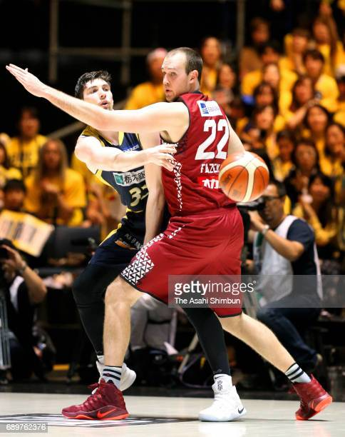 Ryan Rossiter of Tochigi Brex passes the ball during the B League Championship final match between Kawasaki Brave Thunders and Tochigi Brex at Yoyogi...