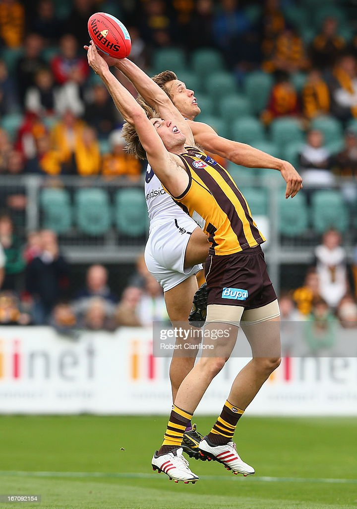 Ryan Schoenmakers of the Hawks is challenged by Matt De Boer of the Dockers during the round four AFL match between the Hawthorn Hawks and the Fremantle Dockers at Aurora Stadium on April 20, 2013 in Launceston, Australia.