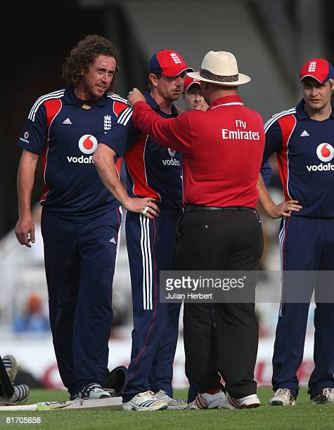 Ryan Sidebottom and Paul Collingwood have words with Umpire Mark Benson prior to Grant Elliott of New Zealand being run out during the Fourth NatWest...