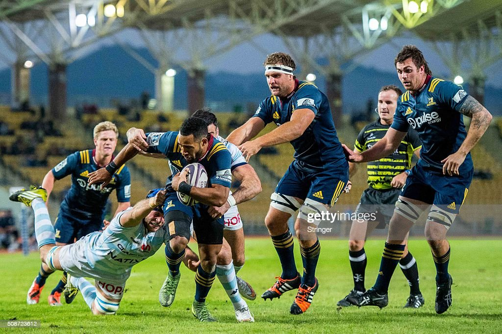 Ryan Tongia (2nd L) of Pulse Energy Highlanders moves the ball up against Racing 92 during the Natixis Rugby Cup on February 6, 2016 at the Sui Sai Wan stadium in Chai Wan, Hong Kong.