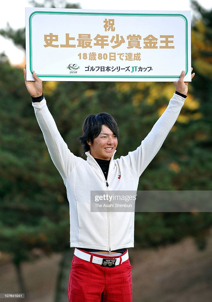 <a gi-track='captionPersonalityLinkClicked' href=/galleries/search?phrase=Ryo+Ishikawa&family=editorial&specificpeople=4297023 ng-click='$event.stopPropagation()'>Ryo Ishikawa</a> poses for photographs after securing the 2009 prize money winner after the final round of the Golf Nippon Series JT Cup at Tokyo Yomiuri Country Club on December 6, 2009 in Tokyo, Japan.