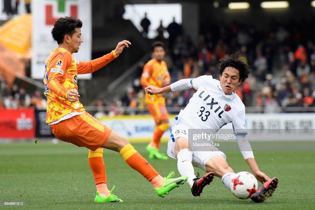 Ryohei Shirasaki of Shimizu S-Pulse and Mu Kanazaki of Kashima Antlers compete for the ball during the J.League J1 match between Shimizu S-Pulse and Kashima Antlers at IAI Stadium Nihondaira on March 18, 2017 in Shizuoka, Japan.