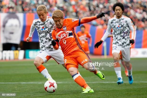 Ryohei Yamazaki of Albirex Niigata and Shoma Kamata of Shimizu SPulse compete for the ball during the JLeague J1 match between Albirex Niigata and...