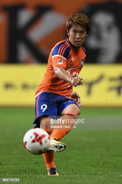 Ryohei Yamazaki of Albirex Niigata in action during the JLeague J1 match between Albirex Niigata and Vegalta Sendai at Denka Big Swan Stadium on...