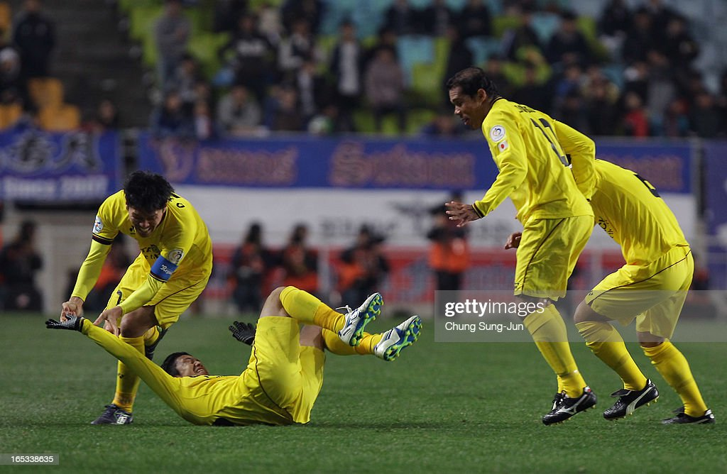 Ryoishi Kurisawa of Kashiwa Reysol celebrates after scoring a goal with <a gi-track='captionPersonalityLinkClicked' href=/galleries/search?phrase=Hidekazu+Otani&family=editorial&specificpeople=7728463 ng-click='$event.stopPropagation()'>Hidekazu Otani</a> and <a gi-track='captionPersonalityLinkClicked' href=/galleries/search?phrase=Leandro+Domingues&family=editorial&specificpeople=5957600 ng-click='$event.stopPropagation()'>Leandro Domingues</a> during the AFC Champions League Group H match between Suwon Bluewings and Kashiwa Reysol at Suwon World Cup Stadium on April 3, 2013 in Suwon, South Korea.
