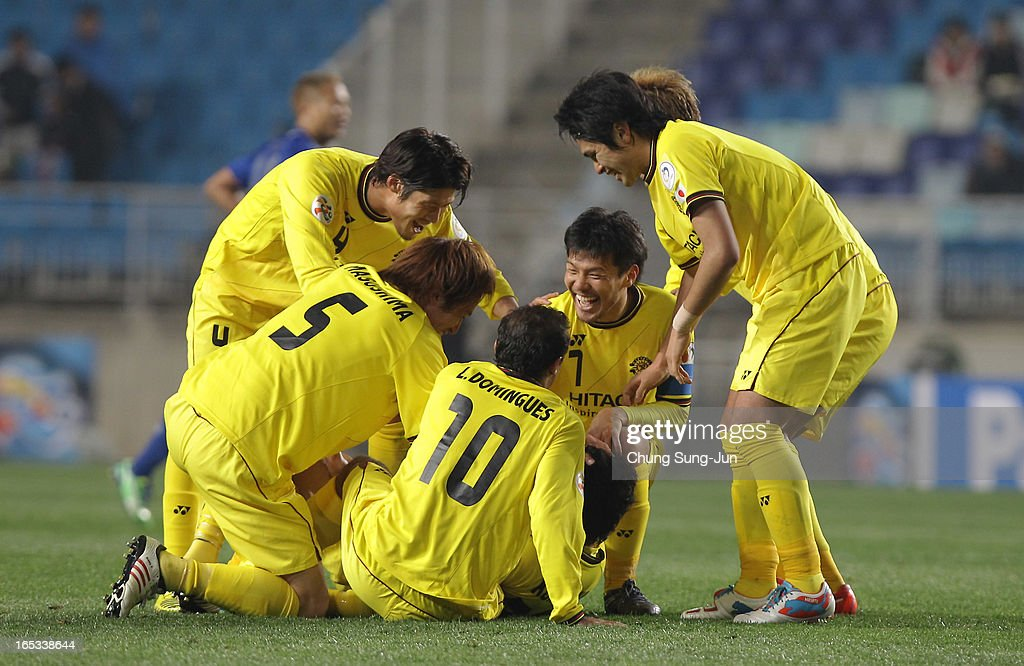 Ryoishi Kurisawa of Kashiwa Reysol celebrates after scoring a goal with <a gi-track='captionPersonalityLinkClicked' href=/galleries/search?phrase=Hidekazu+Otani&family=editorial&specificpeople=7728463 ng-click='$event.stopPropagation()'>Hidekazu Otani</a>, <a gi-track='captionPersonalityLinkClicked' href=/galleries/search?phrase=Leandro+Domingues&family=editorial&specificpeople=5957600 ng-click='$event.stopPropagation()'>Leandro Domingues</a>, <a gi-track='captionPersonalityLinkClicked' href=/galleries/search?phrase=Daisuke+Suzuki&family=editorial&specificpeople=2533382 ng-click='$event.stopPropagation()'>Daisuke Suzuki</a> and Tatsuya Masushima during the AFC Champions League Group H match between Suwon Bluewings and Kashiwa Reysol at Suwon World Cup Stadium on April 3, 2013 in Suwon, South Korea.