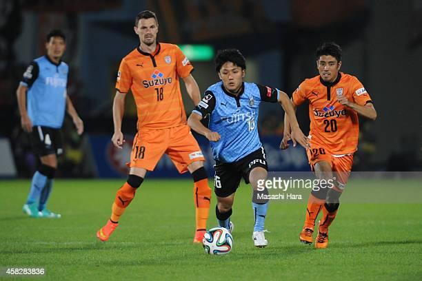 Ryota Oshima of Kawasaki Frontale in action during the JLeague match between Kawasaki Frontale and Shimzu SPulse at Todoroki Stadium on November 2...