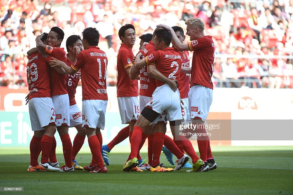 Ryuji Izumi of Nagoya Grampus celebrates the 2nd goal with his team mates during the J.League match between Nagoya Grampus and Yokohama F.Marinos at the Toyota Stadium on May 4, 2016 in Toyota, Aichi, Japan.